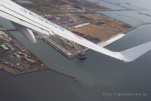 東京湾上空旋回中の旅客機からの眺め
