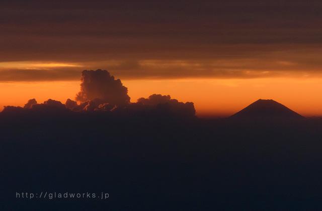 夕暮れの富士山と積乱雲