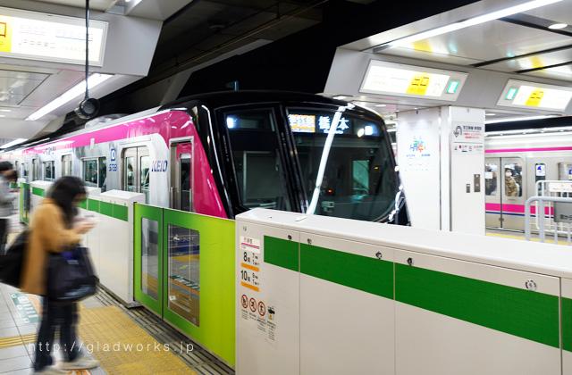 駅のホームと京王ライナー