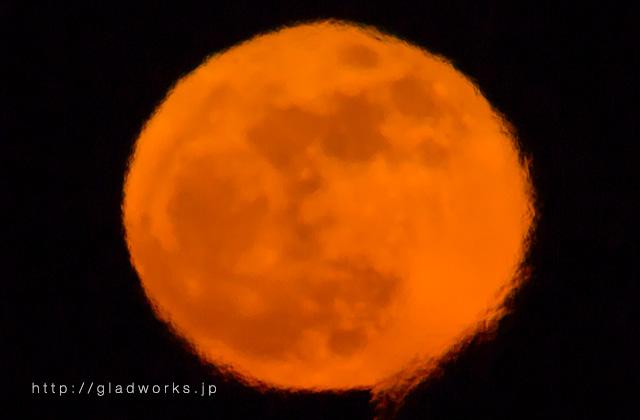 大気の揺らぎと赤い月
